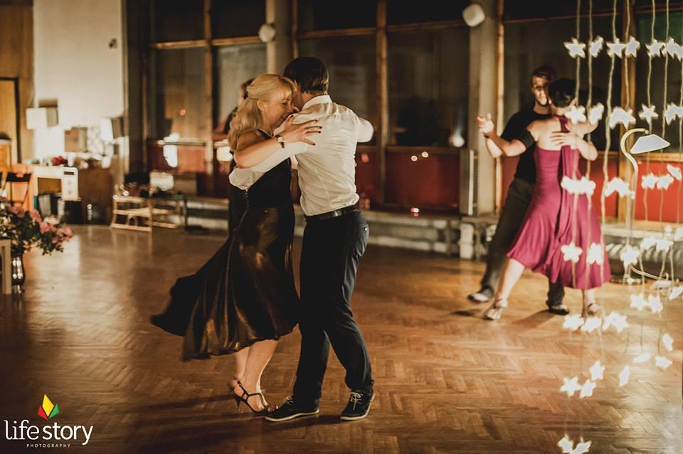 Panowie tańczą tango